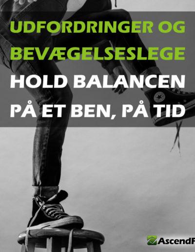 person der holder balancen på et ben på en skammel
