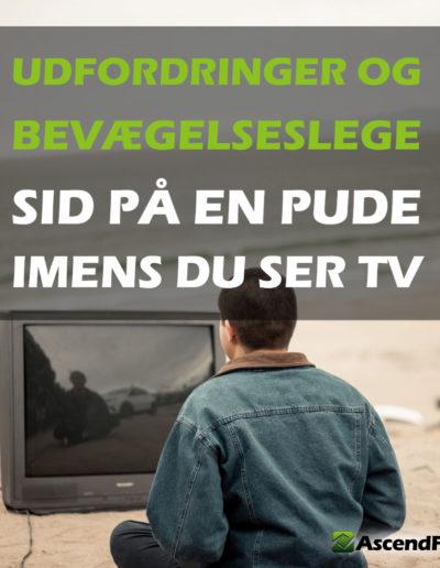 mand der ser tv på en strad