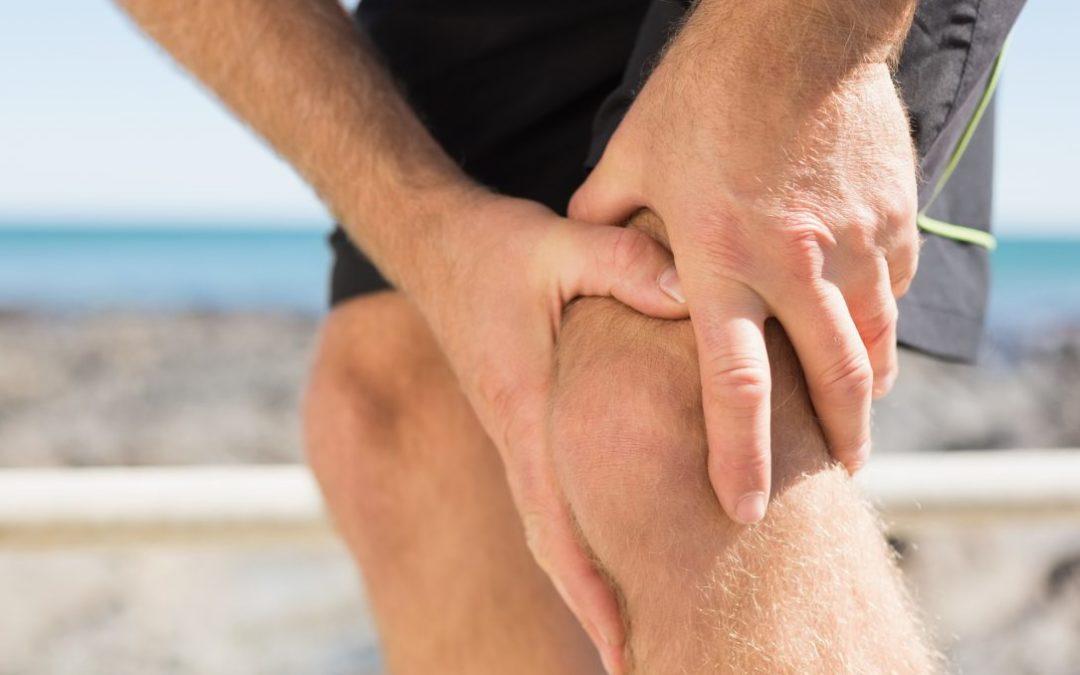 Man tager sit til sit smertefulde knæ