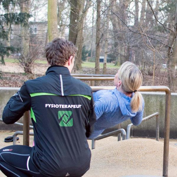 Fysioterapuet hjælper kvinde til udendørs træning i søndermarken