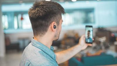 Korthåret mand taler med online fysioterapeut