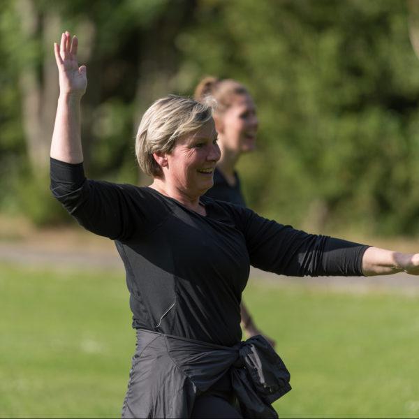 Glad kvinde til udendørs træning i søndermarken